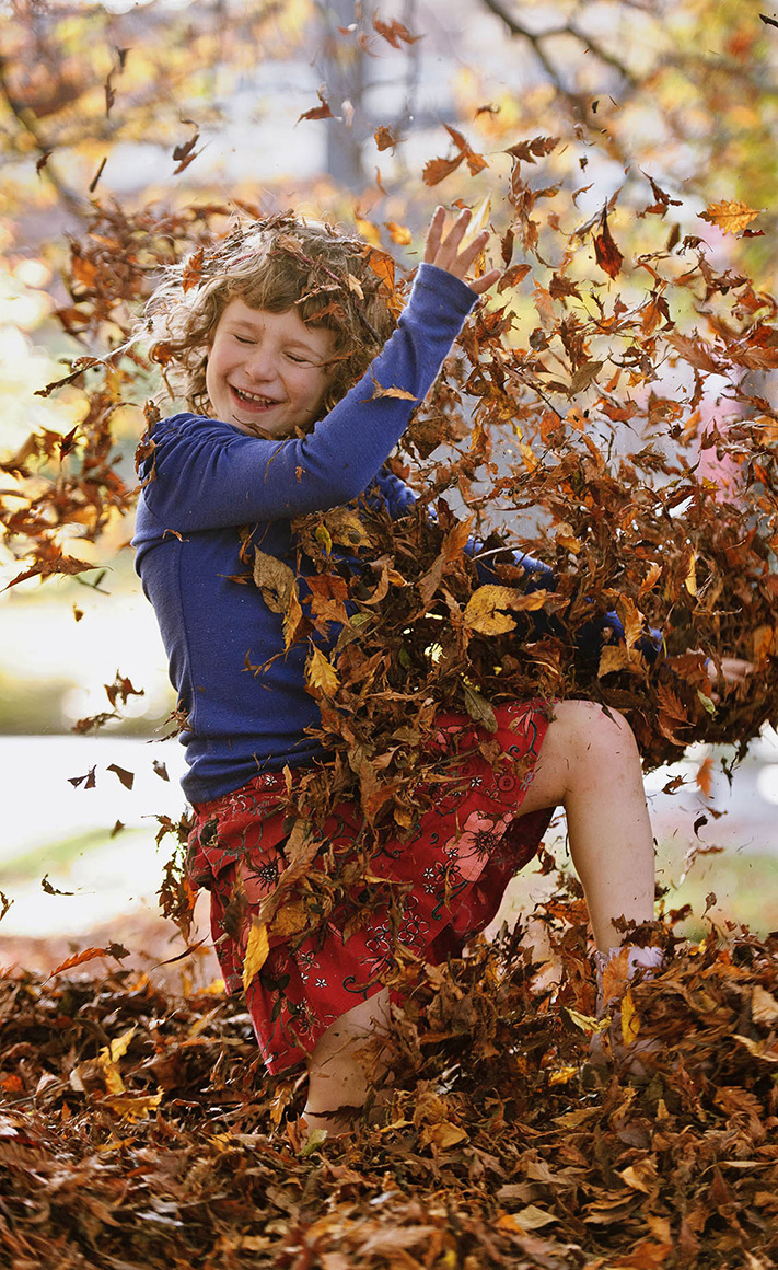 LAT_PhotoReporters_girl-playing-in-leaves-fall-frolic_Christchurch_NZ_002