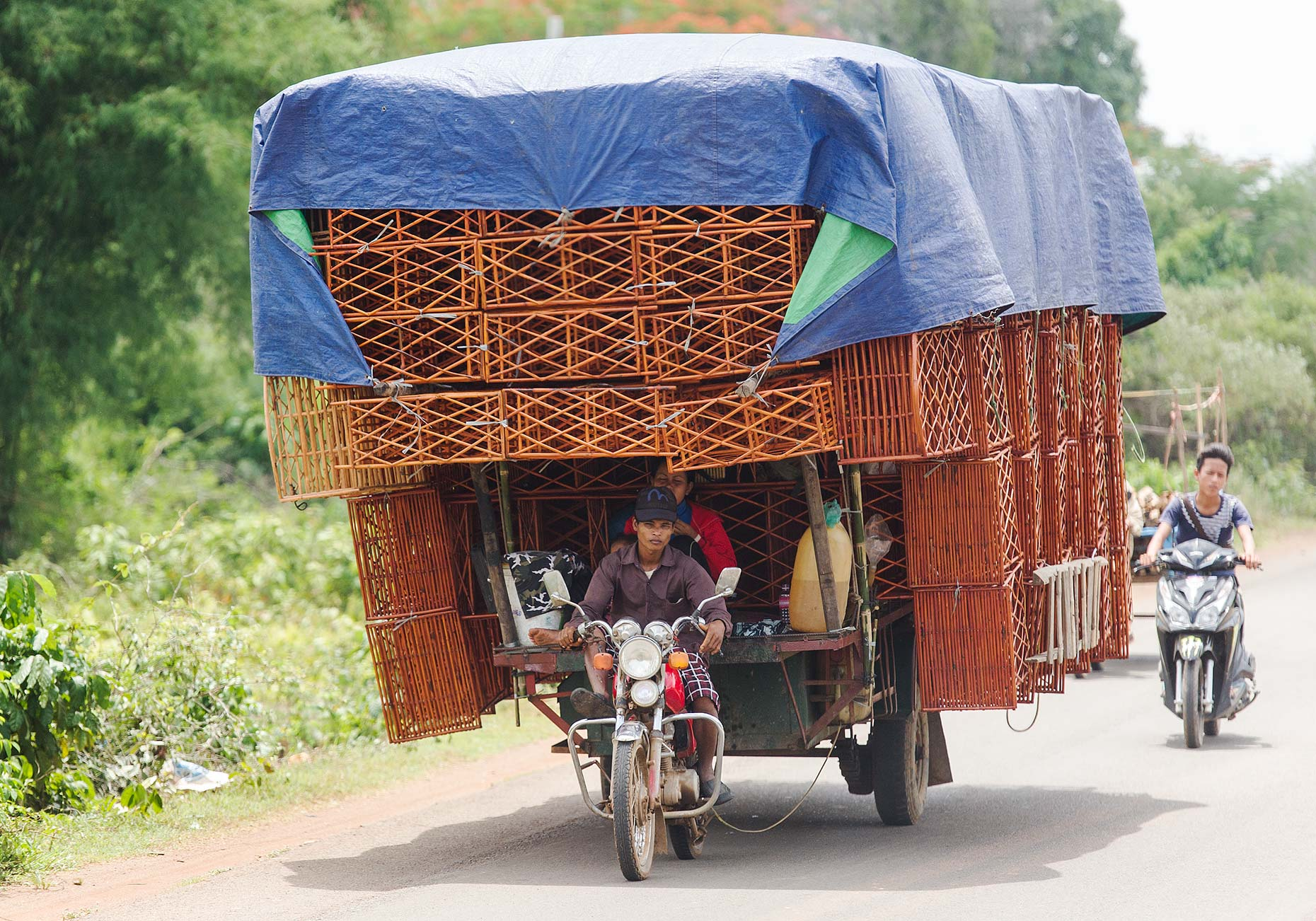 LAT_PhotoReporter_on-road-to-siem-reap_possible