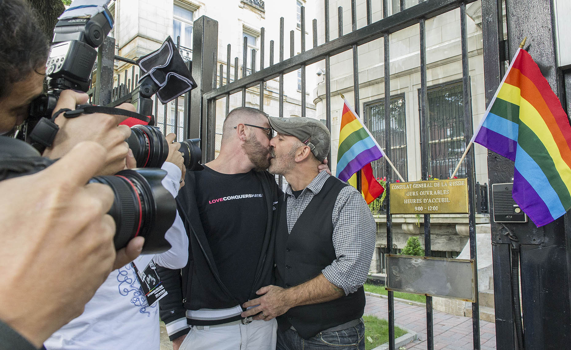 NEW_PhotoReporters_gay-kiss-in-at-Russian-Consulate-in-Olympics-protest_Montreal_Canada