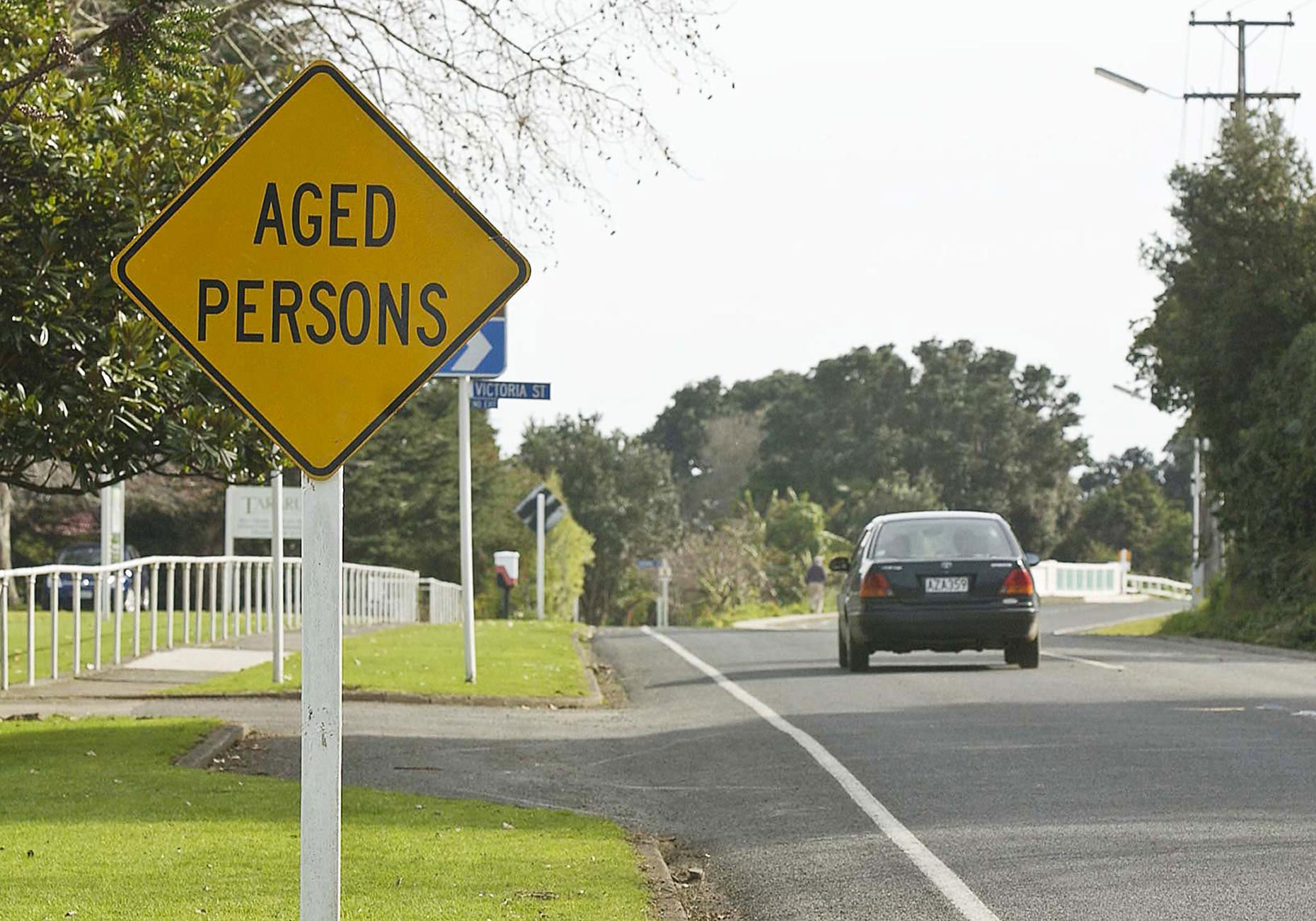 PAR_PhotoReporters_aged-persons-road-crossing-sign