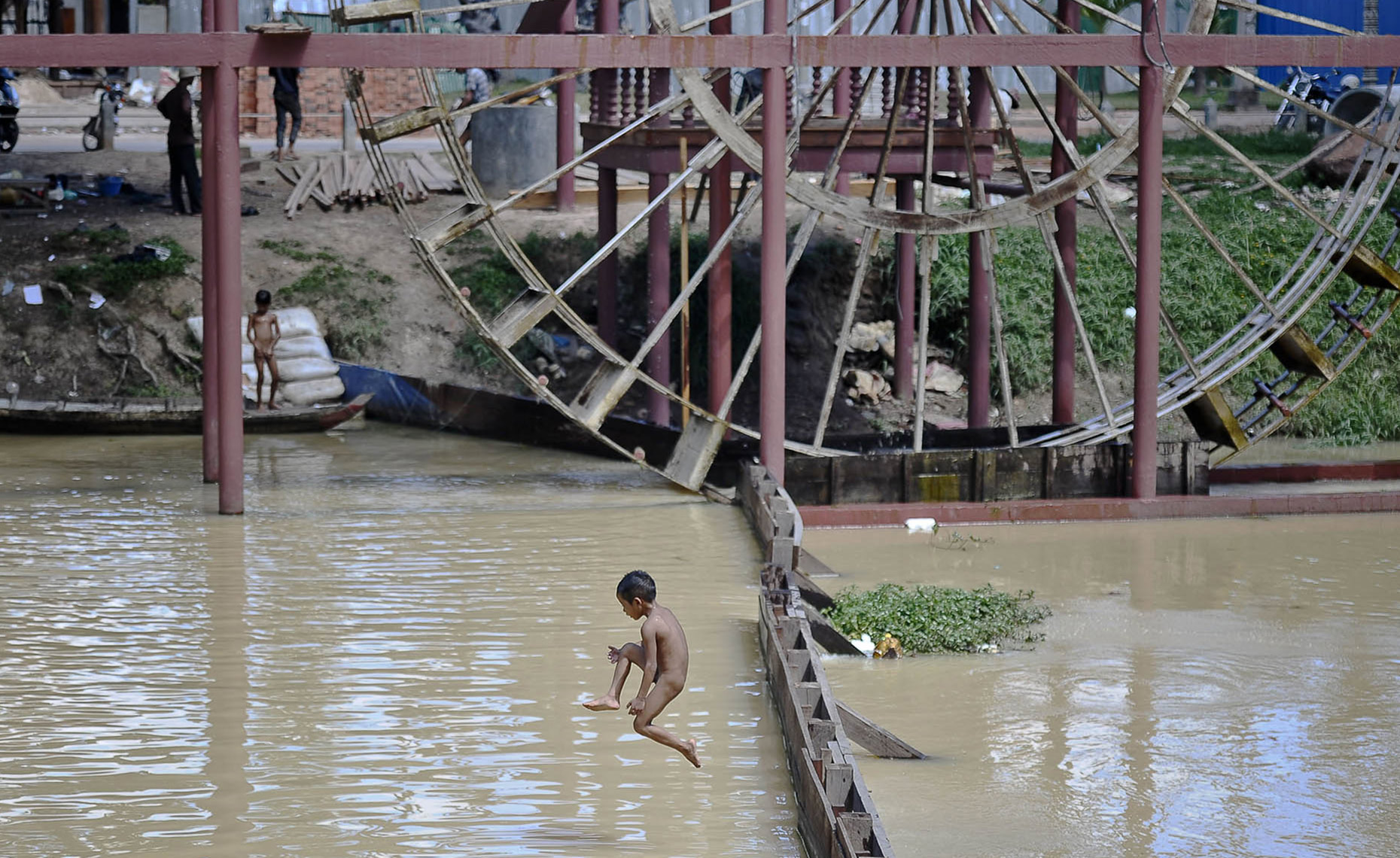 TRA_PhotoReporters_boy-jumping-into-river-to-cool-off_Siem-Reap_Cambodia