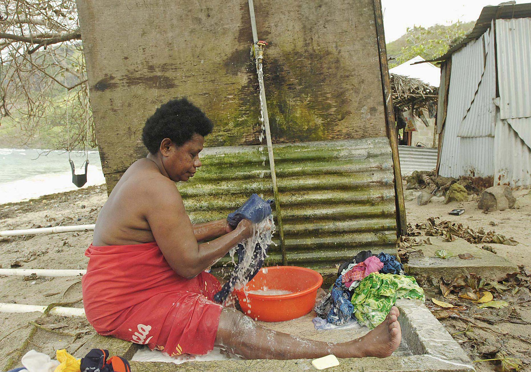 TRA_PhotoReporters_woman-washing_Waya-Island_Fiji